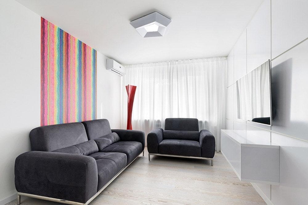 Декор акцентной стены ад темно-серым диваном