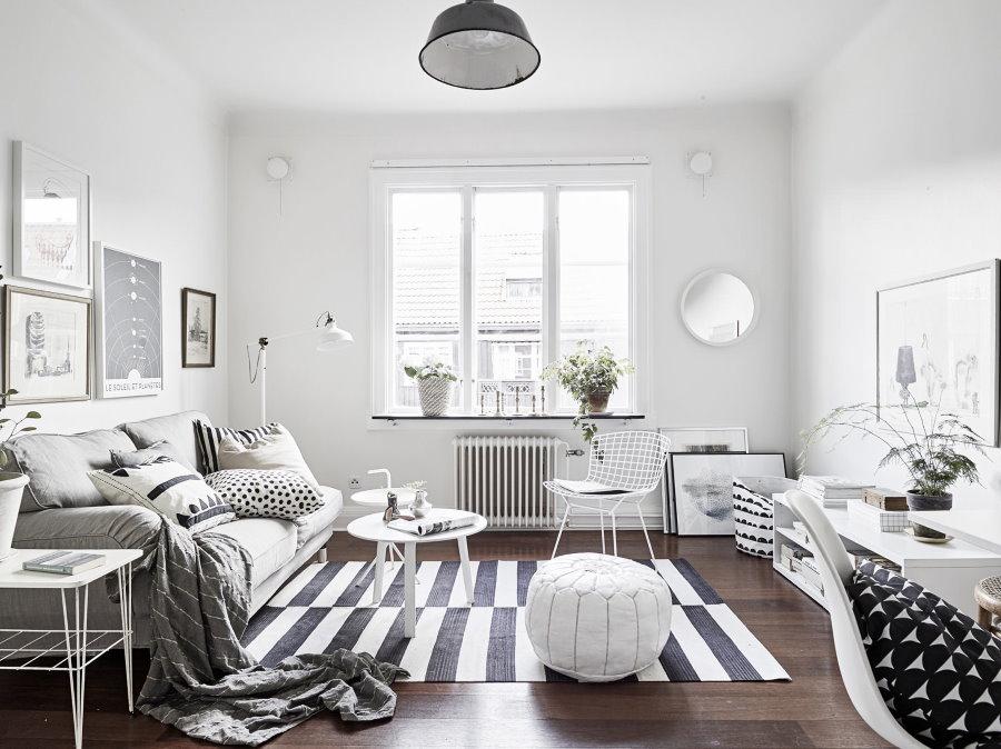 Темный пол в гостиной комнате с белыми стенами