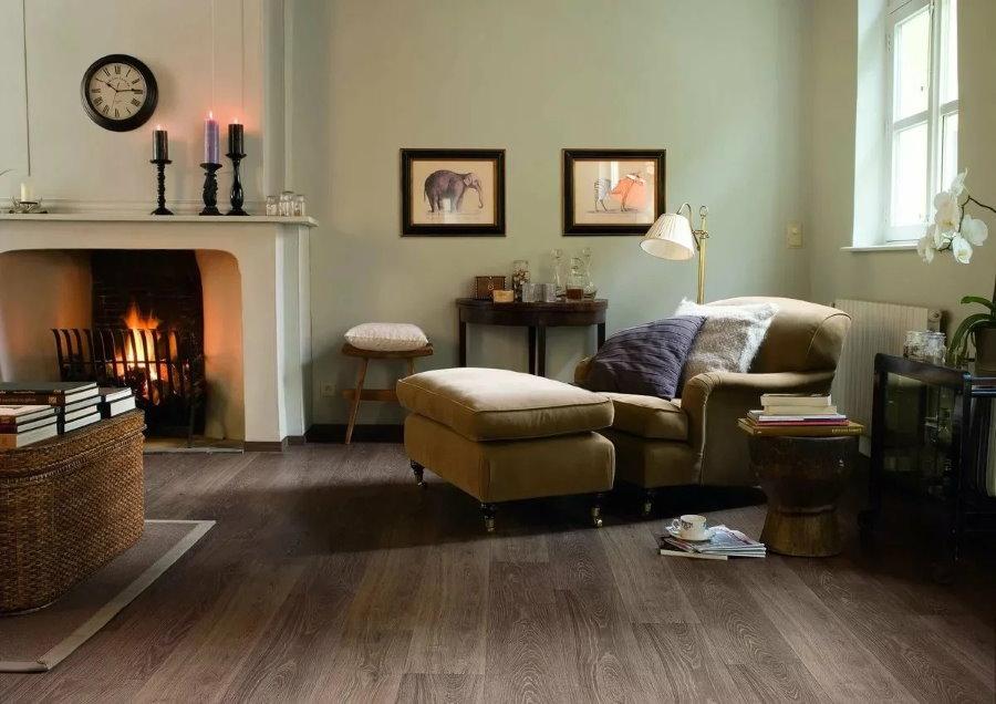 Интерьер гостиной комнаты с настоящим камином