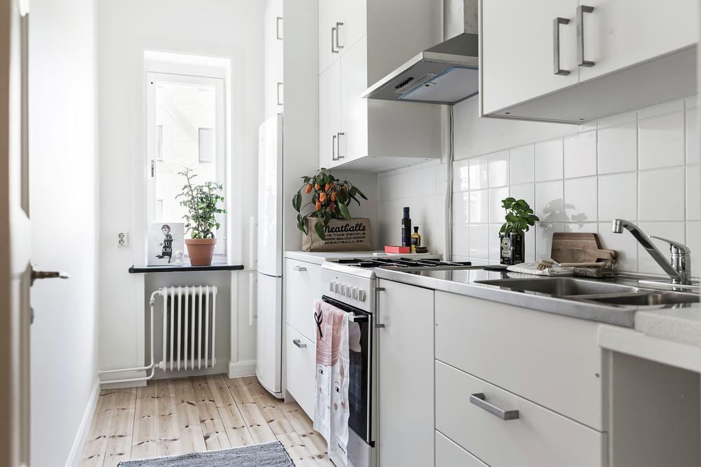 Планировка небольшой кухни в светлых тонах