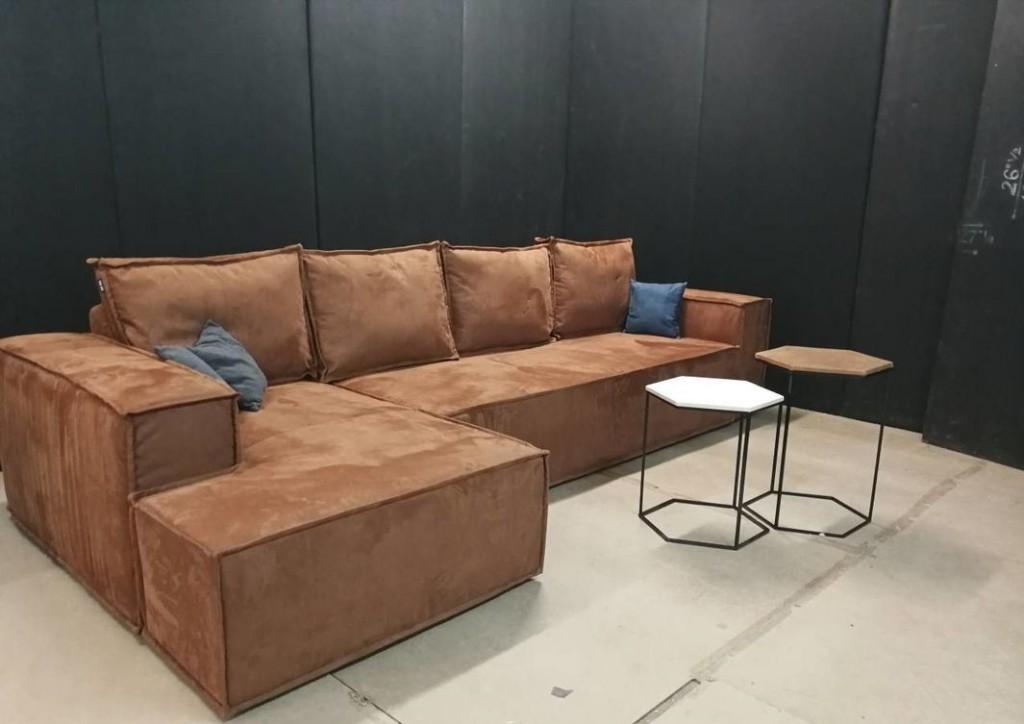 Угловой диван коричневого цвета в гостиную индустриального стиля