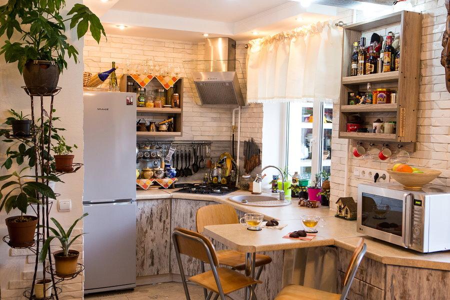 Подвесной шкафчик с кухонной утварью