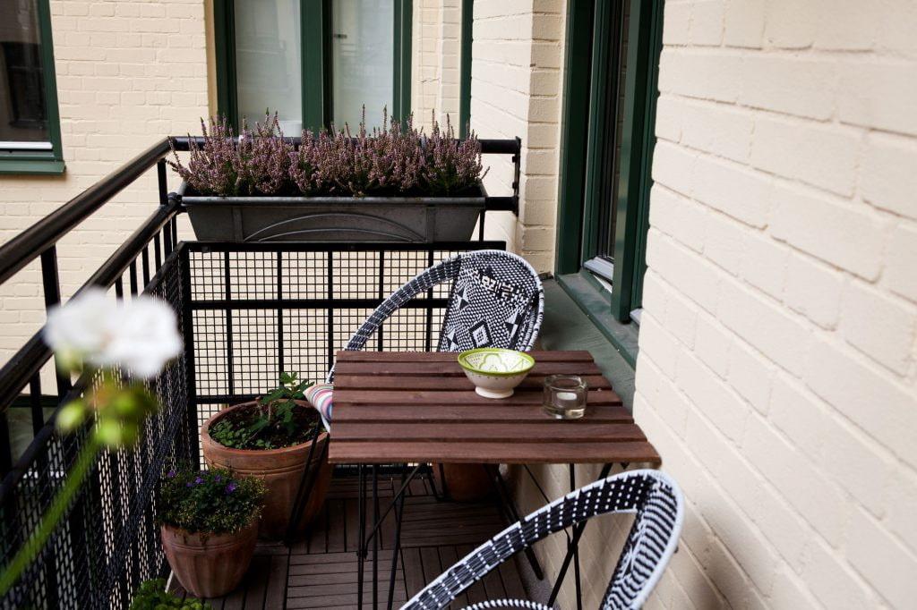 Небольшой столик из реек на открытом балконе