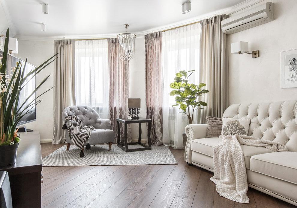 Белый диван в гостиной комнате неоклассического стиля