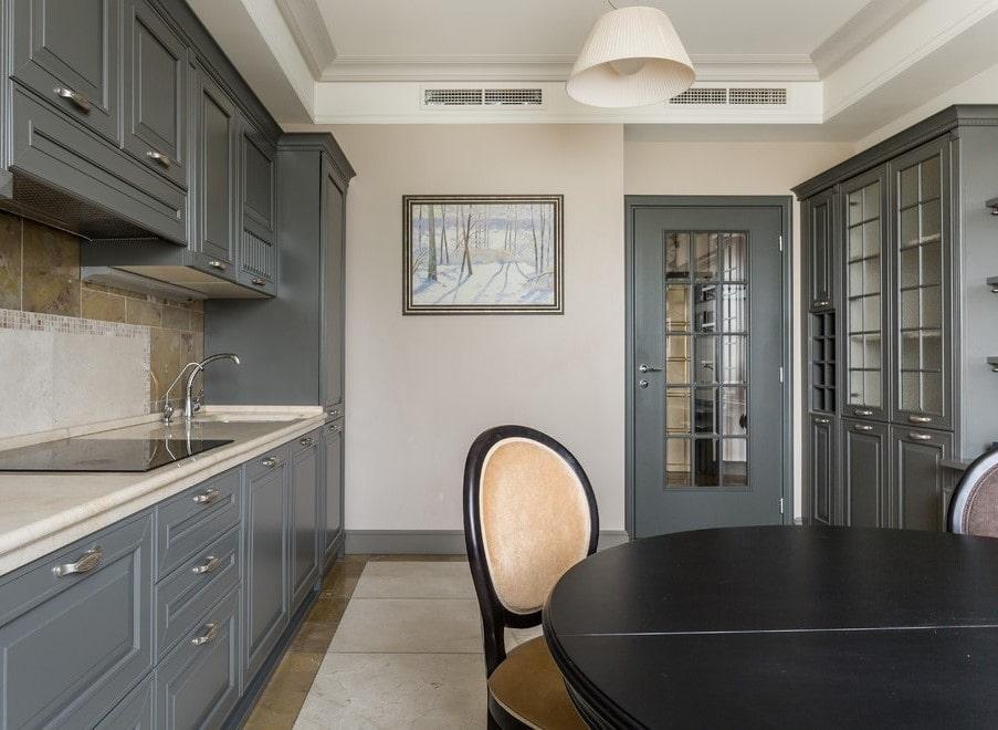 Серый гарнитур в кухне неоклассического стиля