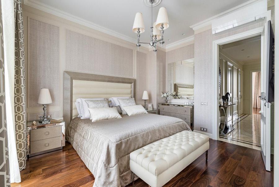 Неоклассический интерьер небольшой спальни