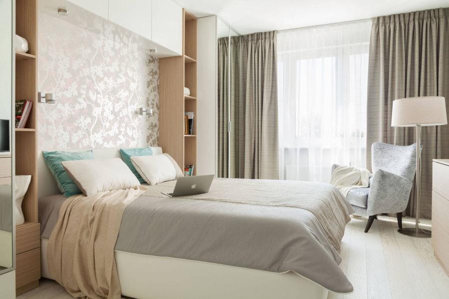 Светло-серые занавески на окне спальни