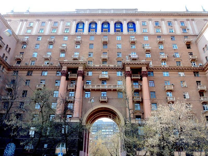 Номенклатурная сталинка с высокой аркой в стене