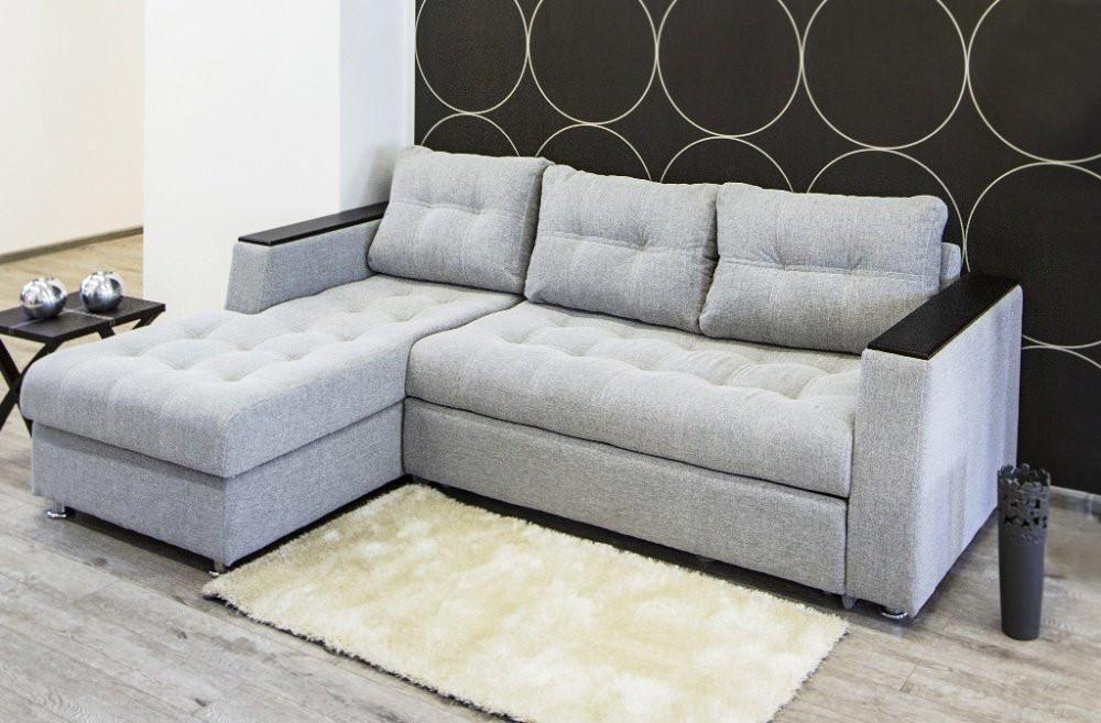 Угловой диван с обивкой из шенилла светлого оттенка