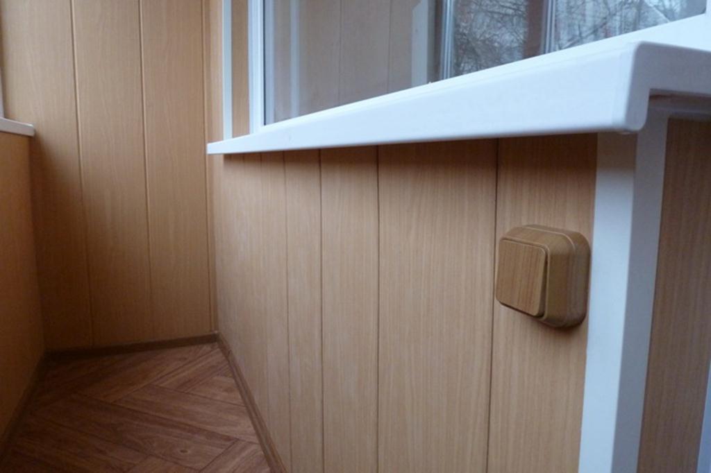 Выключатель на стене балкона с отделкой МДФ-панелями