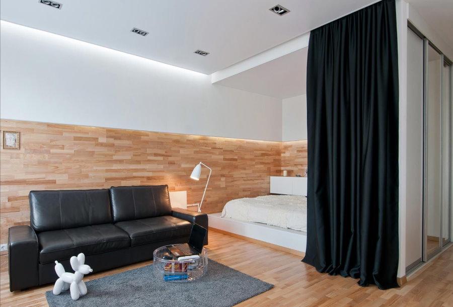 Черная штора между спальной и гостиной зонами