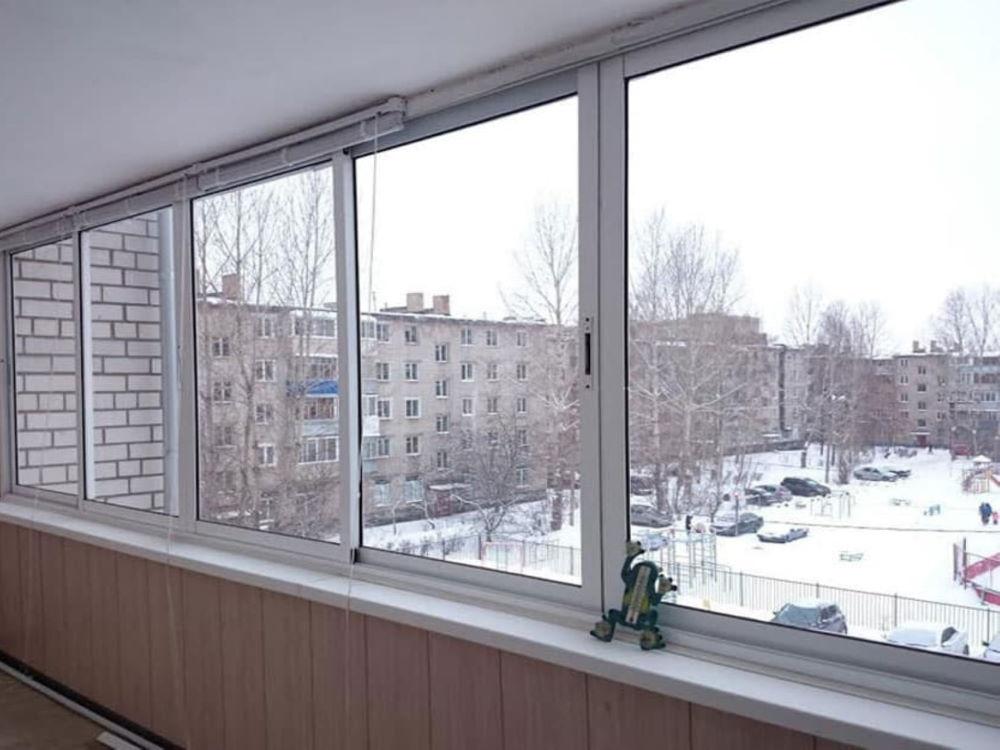 Холодные окна на парапете лоджии