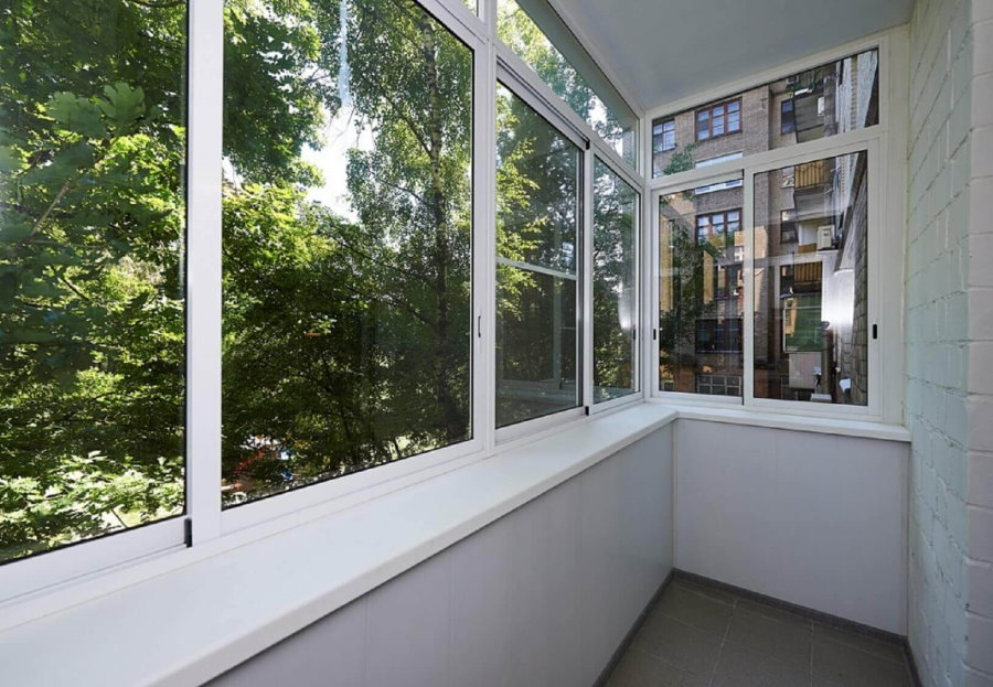 Светлый балкон с холодными окнами