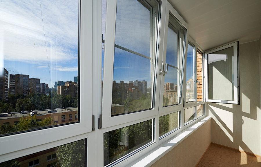 Поворотно-откидные створки на балконе с ПВХ-окнами