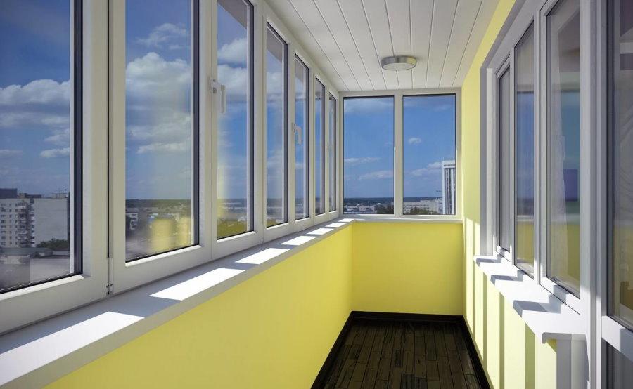 Желтые стены на балконе с теплыми окнами