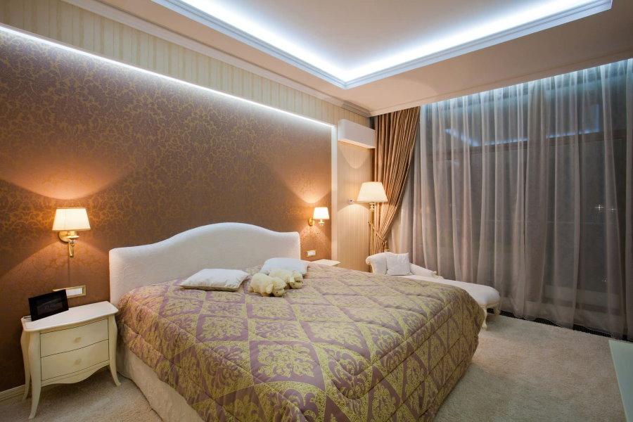 Настенные светильники по бокам широкой кровати