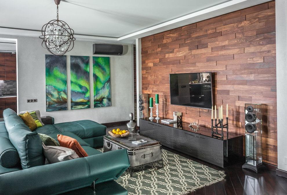 Декор деревом стены в гостиной с телевизором