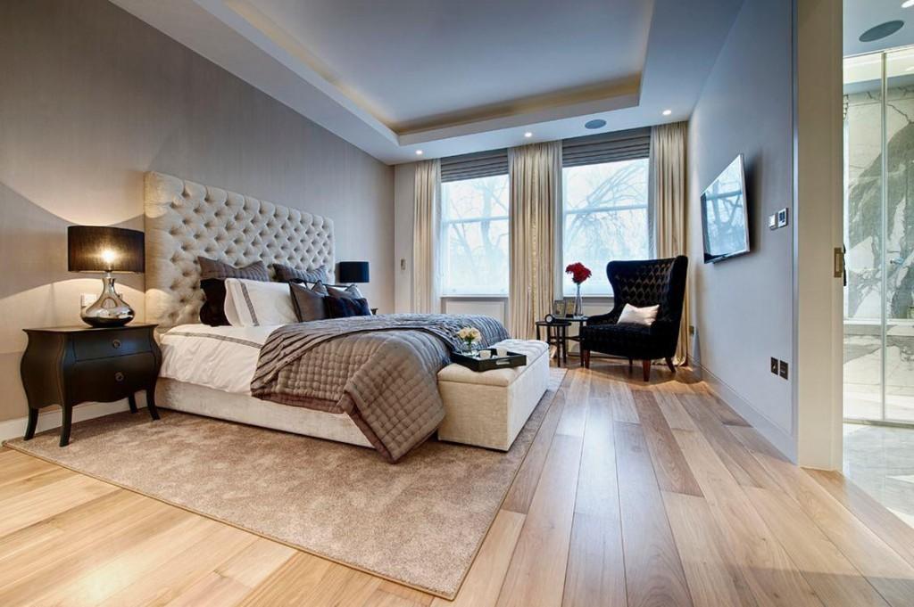Пол из ламинированных панелей в просторной спальне