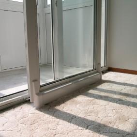 Параллельно-сдвижная дверь на теплом балконе