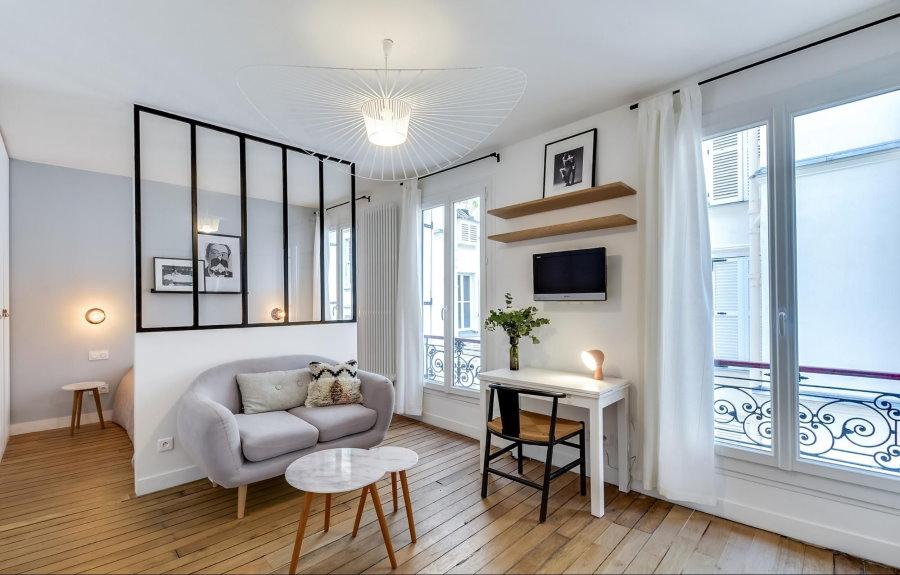 Зонирующая перегородка в белой квартире-студии
