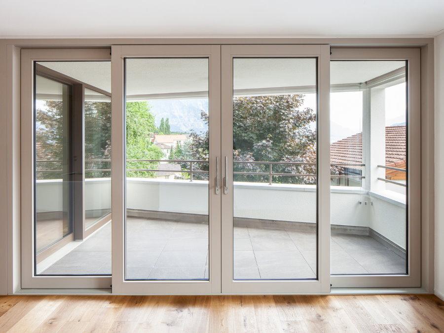 Портальные пластиковые двери между гостиной и балконом
