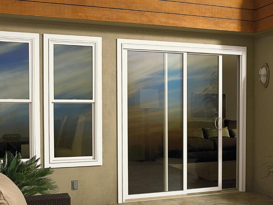 Раздвижные двери из пластика на балконе в частном доме