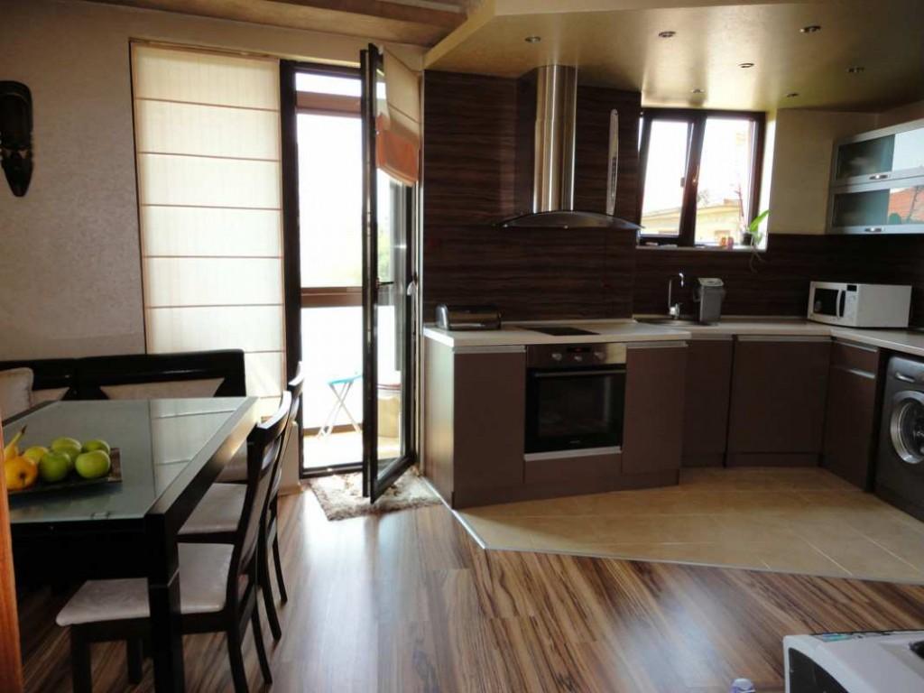 Декор плотными шторами кухонной балконной двери