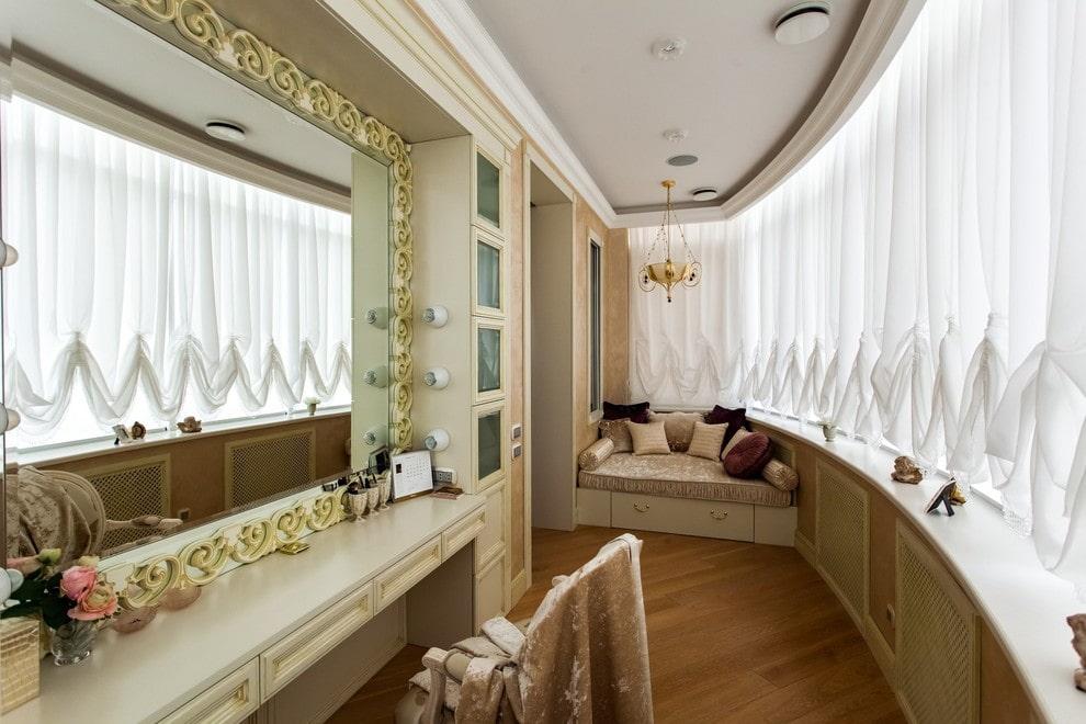 Отделка потолка на лоджии в классическом стиле