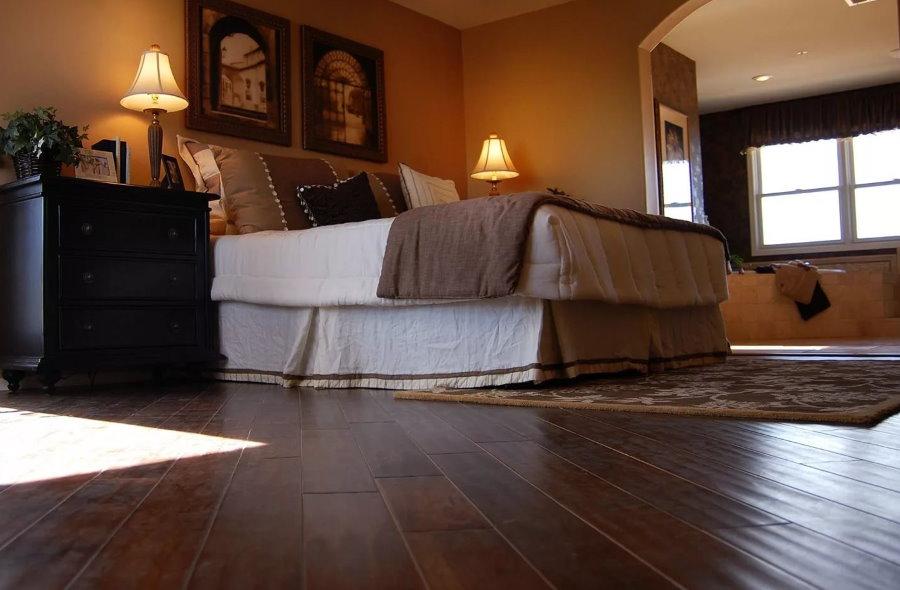 Темно-коричневый пол в спальной комнате