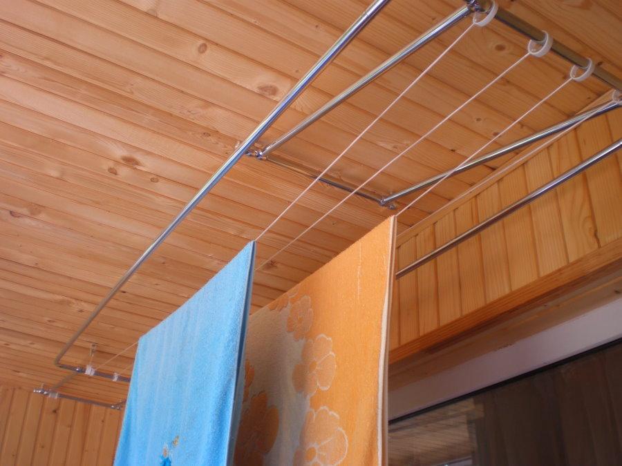 Махровые полотенца на балконной сушилке