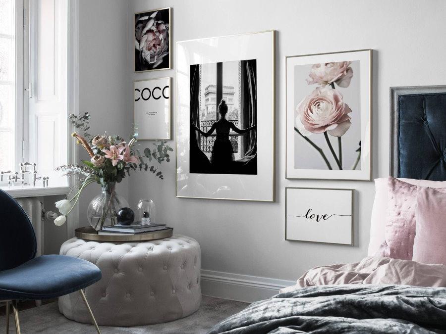 Декор постерами стены около кровати