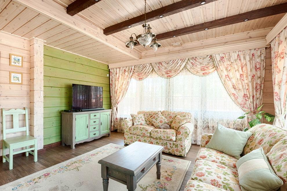 Отделка досками потолка гостиной в стиле прованс