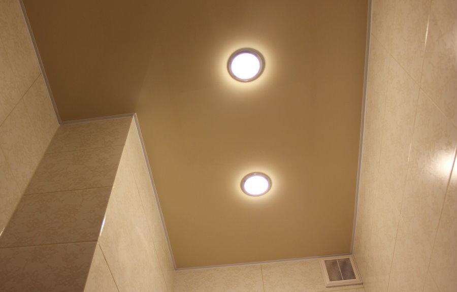 Встроенные светильники на потолке в туалете