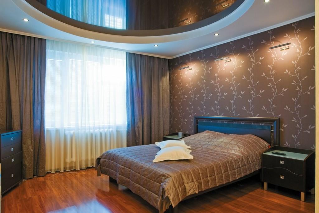 Натяжной потолок в интерьере спальни