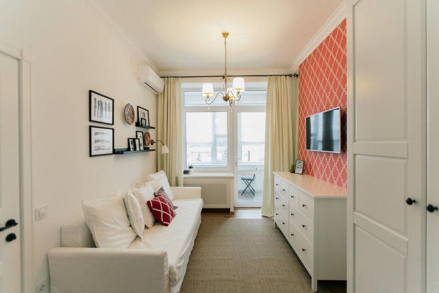 Белая мебель в проходной гостиной после ремонта