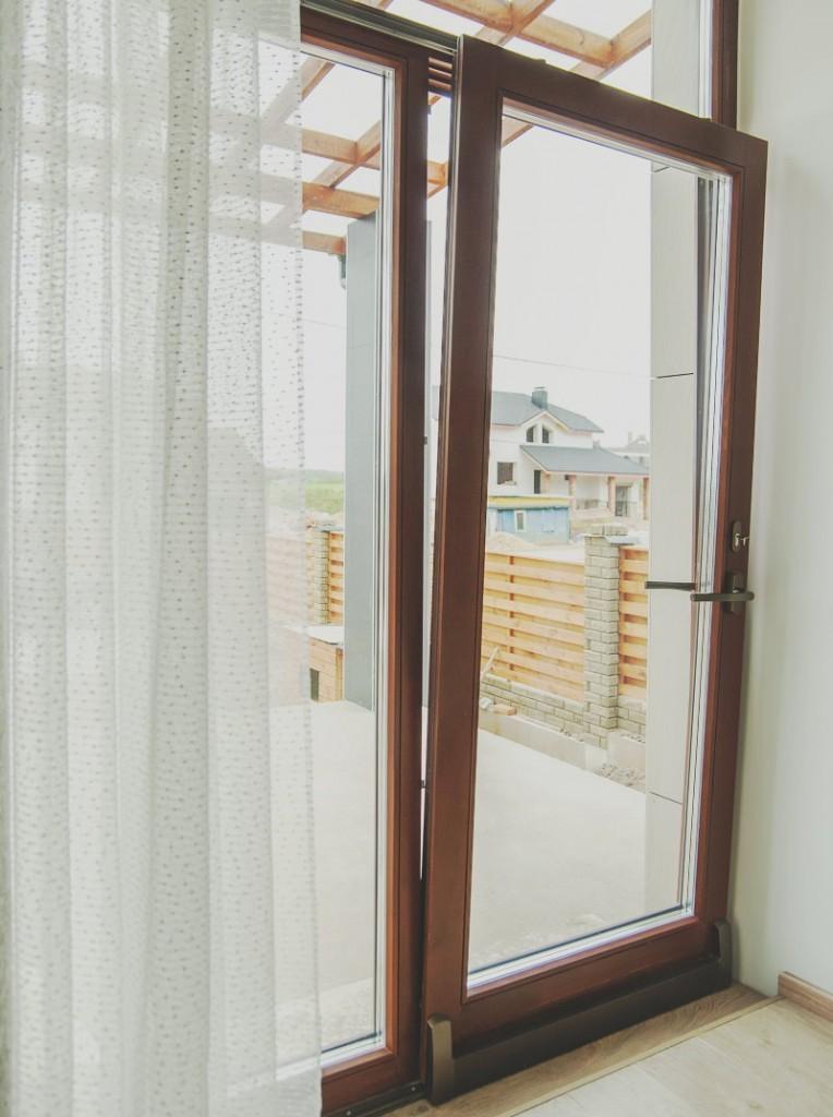 Раздвижная балконная дверь в режиме проветривания