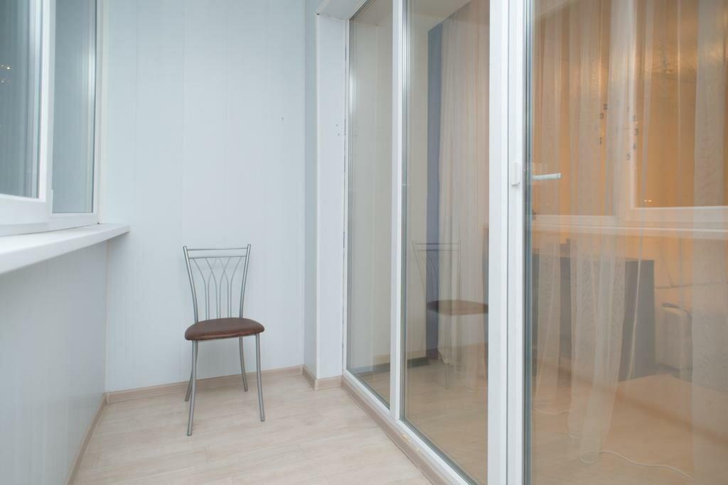 Прозрачные двери на балконе гостиной комнаты