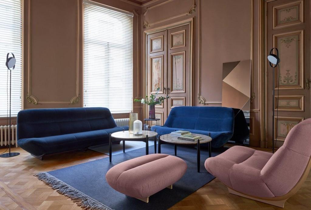 Синий диван слипер в гостиной комнате неоклассического стиля