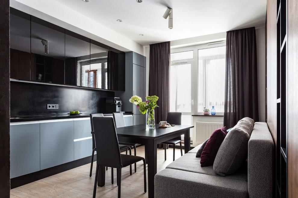 Черные шторы на кухне с балконом