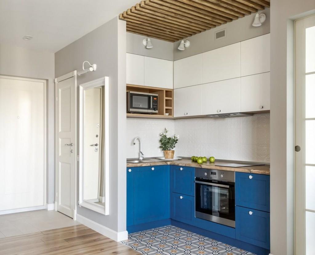 Компактный гарнитур в кухонной зоне евро двушки