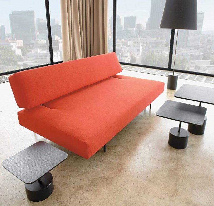 Яркий диван-книжка в гостиной стиля хай-тек