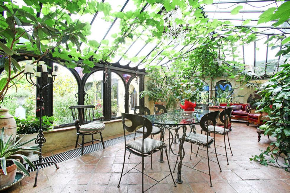 Металлическая мебель в интерьере зимнего сада