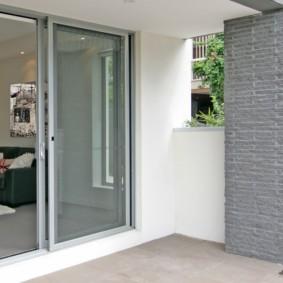 Открытая лоджия с раздвижными дверями