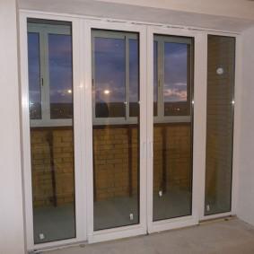 Теплые раздвижные двери на балконе квартиры
