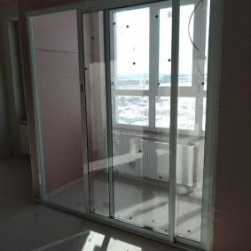 Застекленный балкон с раздвижными дверями