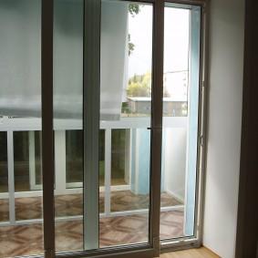 Параллельно-сдвижная дверь на балконе квартиры