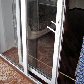 Прозрачные двери между спальней и балконом