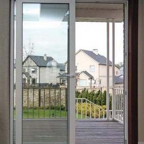 Сдвижная дверь из пластика между террасой и комнатой