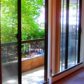 Открытый балкон с дверями раздвижного типа