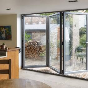 Двери-гармошки на террасе частного дома